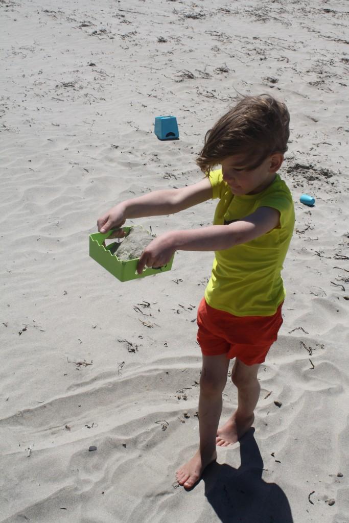 Númenor sifting sand at the beach
